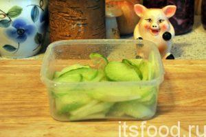 Даем соку стечь на дно контейнера и открываем его. На снимке хорошо видно качество корнеплода, выделяющего целебный сок.