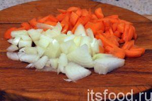 Нарежем очищенную морковь и лук на мелкие дольки. Нагреваем на среднем огне сковородку с плоским дном, наливаем немного масла и добавляем нарезку.