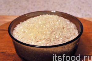 Отмеряем 1.5 стакана круглого риса и промоем его несколько раз в горячей воде.