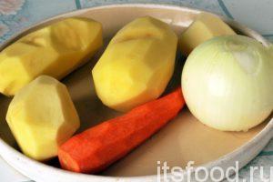 Отложим лососевый фарш и займемся овощами. Промоем и почистим картофель, морковь и лук.