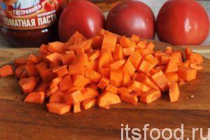Нарежем морковь мелкими кубиками и поместим ее в большую жаровню с растительным маслом. Начнем тушить морковь на слабом огне.