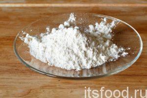Разогреваем растительное масло в сковороде с плоским дном, закладываем заготовки для хвороста и начинаем обжаривать их с двух сторон. Приготовим сахарную пудру.