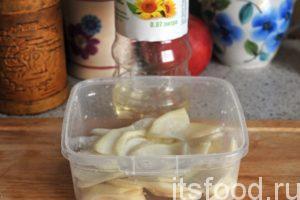 Редька дала сок. Добавляем в нее растительное масло (на выбор) и раскладываем по салатникам.