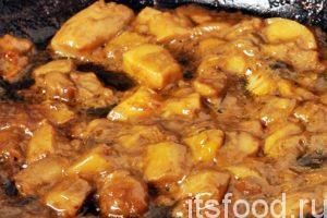 Добавим на сковородку растительное масло, нагреем его и обжарим грибы. Сначала нужно выпарить из них воду, затем начнется обжарка и появится грибной запах. Обжаренные грибы добавляем в кастрюлю, где варится солянка.