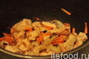 Масло раскалилось. Опускаем в кастрюлю нарезку моркови и лука, все перемешиваем и через 3 минуты добавляем нарезанную куриную грудку. Все перемешиваем и обжариваем зирвак на среднем огне не менее 5-7 минут. Не допускам пригара. Деревянная лопаточка должна постоянно работать в ваших руках.