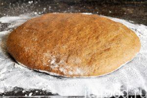 Насыпаем тонким слоем муку на противень (можно смазать его растительным маслом) и выкладываем посредине наш колобок из теста. Формируем из него каравай или корж. Нагреваем духовку до 70-90 градусов и ставим туда противень. Хлеб без дрожжей должен немного (до 30-40 минут) расстояться в тепле и начать подниматься.