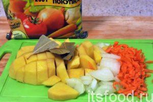 Пока варится крупа, нарезаем очищенный картофель на небольшие кусочки, режем лук и морковь. Добавляем всю нашу нарезку, а также лавровый лист и сухую приправу в кастрюлю. Варим суп почти до готовности картофеля, примерно 15 минут. Затем добавляем рыбу.