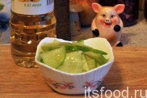 Раскладываем ломтики «битой» зеленой редьки по салатникам и добавляем в них немного подсолнечного (желательно пахучего) масла. Это старинный сибирский способ приготовления черной редьки. Подаем салат из зеленой редьки на стол.