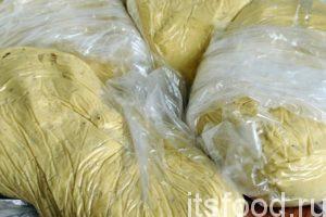Готовое тесто для ньокков вынимаем из миксера и раскладываем по герметичным пакетикам. Его можно хранить в морозильнике.