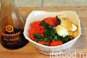 Выкладываем содержимое стакана блендера в салатник. Добавляем соевый соус «Киккоман», выливаем майонез и добавляем нарезку свежей зелени. Стоит ли добавлять соль? Это можно решить после тщательного перемешивания морковно-чесночной закуски.