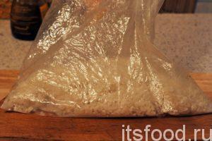 Берем пакет для запекания курицы и аккуратно высыпаем в него весь рис.