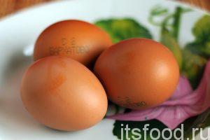 Теперь нужно налить холодную воду в небольшую кастрюльку, опустить в нее 3 куриных яйца и сварить их вкрутую на среднем огне. Яйца после варки нужно охладить.