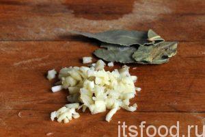 Нарежем чеснок и добавим его вместе с растительным листом в кастрюлю с супом. Можно добавить щепотку сушеной петрушки. Варим рассольник еще 2 минуты и снимаем его с огня.