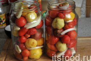 Постепенно наполняем банки помидорами, чесноком и луком до самого верха. Если есть желание, можно добавить 2 столовых ложки растительного масла. Получится салат 100% готовности к употреблению.