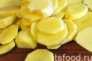 Почистим весь картофель и нарежем его на кругляши или пятаки толщиной чуть меньше, чем половина сантиметра.