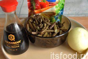 Настало время овощных компонентов. Приготовим заранее вымоченный в воде папоротник, соевый соус и овощную приправу.