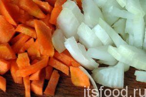 Нарежем морковь и лук на небольшие брусочки. Нальем в сковородку растительное масло и начнем обжаривать овощную заправку для супа.