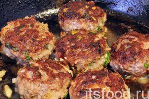 Нагреваем на сковороде растительное масло и выкладываем наши бифштексы на обжарку. Никакой муки и панировочных сухарей. Все должно быть натурально. Обжариваем бифштексы на среднем огне с двух сторон. Когда фарш хорошо перемешан, он не прилипает к жарочной поверхности.