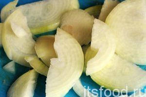 Нарежем лук полукольцами и добавим его на сковороду. Перемешиваем лук с курятиной и продолжаем обжаривать рагу. Солим блюдо по вкусу.