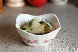 Вкусный салат из черной редьки готов. Подаем его в салатниках с добавлением свежей зелени укропа.