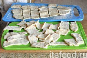 Нарезаем квадратики или прямоугольники лапши. Классическая нарезка – это ромбы. Хотя, имеет ли это важность? Главное, чтобы лапша была пластинками, а не длинными спагетти-шнурками. Добавляем лапшу-бешбармак в бульон из сушеной баранины. Закладываем сушеный зеленый лук, перец, и лавровый лист. Варим бешбармак до готовности лапши. Проверяем блюдо на соль и добавляем ее, если это необходимо.