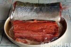 Через 1 день вынимаем засоленную рыбу. Салфетками вытираем  остатки рассола-тузлука. Можно прорезать кожицу и разделить тушку на 4 куска, сделав разрез поперек рыбины. Упаковываем куски лосося посоленного по-домашнему в герметичные полиэтиленовые пакеты. В таком виде куски лосося можно заморозить для более длительного хранения.
