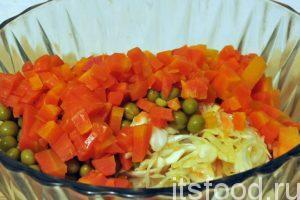 Наберемся терпения и нарежем отваренную морковь на мелкие кубики. Отправляем ее в салатник к остальным овощам.