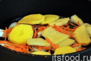 Выкладываем картофельные диски поверх моркови и лука. Равномерно поливаем картофель растительным маслом.