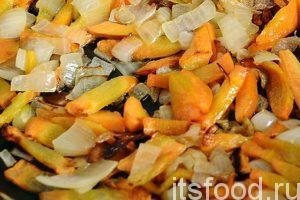 Когда морковь и лук немного поджарились на среднем огне, можно добавлять другие компоненты.
