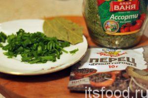 Нарежем вторую порцию зеленого лука, добавим его в уху вместе с лавровым листом, сушеной зеленью и раздавленными горошинами черного перца.