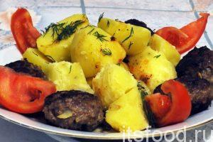 Бифштекс из фарша по рецепту с фото готов. Выкладываем на большое блюдо отварной картофель. По периметру выкладываем бифштексы. Поливаем картофель образовавшейся при обжарке бифштексов подливой. Украшаем блюдо нарезкой укропа и свежими или маринованными овощами.