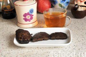 У нас получились сладковатые десертные оладьи из ржаной муки к чаю. Можно уменьшить количество сахара и получить полноценную замену хлебу для употребления оладий с первыми и вторыми блюдами.