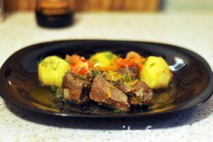 Вкусная говяжья печень с овощами готова. На гарнир подаем отваренный картофель. Сверху выкладываем лук и морковь из сковородки, где готовилась печень.