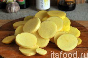 Нарежем картофель на круглые пластинки.