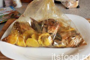 Через полчаса вынимаем наш пакет и видим чудо. Курица даже подрумянилась немного, как в гриле. Остальные компоненты блюда выглядят вполне готовыми к употреблению. Отличное и простое блюдо приготовилось всего лишь за полчаса.