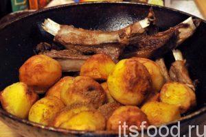 Когда мясо стало мягким, сдвигаем его и возвращаем в казан картофель. Добавляем соль. Тушим все вместе 2-3 минуты.