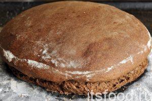 При разворачивании видно, какие бурные процессы происходили в хлебе. У него даже немного оторвало «башню». На вкус хлеба без дрожжей этот отрыв не влияет.