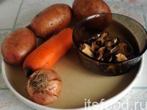 Приготовим овощи для супа. Промоем морковь и картофель и почистим их. Почистим луковицу. Сушеные белые грибы можно порезать кухонными ножницами на мелкие кусочки и опустить в кипящий бульон.