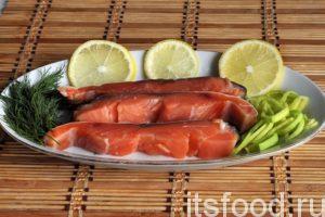 Теперь мы знаем, как вкусно посолить лосося в домашних условиях. Нарезаем кусочки лосося поперек. Можно снять шкурку и срезать реберные косточки. Подаем как холодную закуску.