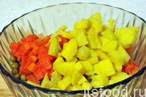 Сваренный в мундирах картофель сохраняет все витамины, очищенный картофель необходимо также нарезать на мелкие кубики, соблюдая общий стиль нарезки. Добавляем кубики картофеля к остальным овощам.