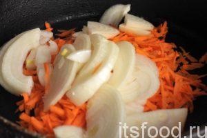 Натрем морковь соломкой на терке и соединим ее с луковой нарезкой.
