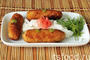 Рыбные крокеты готовы. Подаем их на плоских тарелках с отварным рисом на гарнир. Добавляем в тарелку японские нюансы: соус васаби и маринованный имбирь.