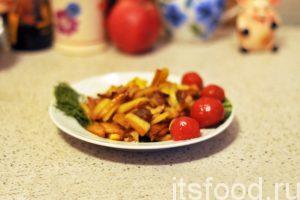 Постоянно переворачивая слои картошки, добиваемся ее равномерного обжаривания. Вокруг шкварок образуются устойчивые конгломераты картофельных поджарок. Жареная картошка с салом готова. Снимаем ее с огня и подаем на стол в плоских тарелках. Соленые огурцы, помидоры или грибы – это идеальное овощное дополнение к жареной картошке с салом.