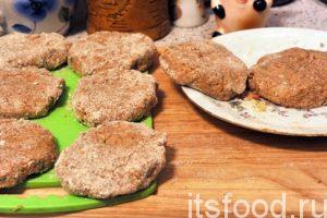 Выкладываем готовые полуфабрикаты бифштексов из свинины на тарелки или разделочные доски. Нагреваем растительное масло на сковороде с плоским дном и начинаем обжаривать бифштексы с двух сторон на среднем огне. Обжариваем по 5-7 минут. Затем можно подержать бифштексы под крышкой. Снимаем сковородку с огня.