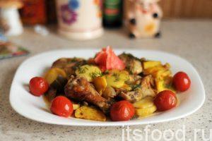 Теперь мы знаем, как приготовить куриные крылья, когда голодные гости уже стоят на пороге вашего дома. Снимаем застежку и вываливаем содержимое пакета на большое блюдо. Быстро и цинично. Поправляем кусочки курицы, обкладываем блюдо маринованными помидорами черри, добавляем имбирь и нарезку укропа. Подаем на стол вполне ресторанную пищу и слушаем дифирамбы…