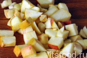 Нарежем половину яблока на кубики, которые тоже добавим в сковородку. Все перемешаем, добавим сахар и соль. Продолжаем обжаривать заправку для ризотто.