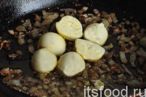 Выкладываем желтки на сковородку с остывшей смесью гусиных шкварок, растопленного жира и обжаренного лука. Добавляем соль и молотый черный перец. Тщательно разминаем желтки и многократно перемешиваем содержимое сковородки до получения однородного паштета грибенкес.