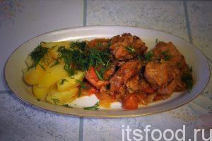 Подаем кролика тушеного с капустой на больших плоских тарелках, можно овальной формы. Отдельно готовится гарнир – отварной картофель или вареный рис. Блюдо можно украсить веточками свежей зелени.
