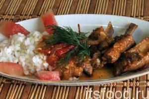 Поджарка из свинины готова. Подаем ее на стол с отваренным рисом на гарнир. К этому блюду можно подать маринованные овощи, например, кусочки соленого арбуза. Блюдо украшаем зеленью.