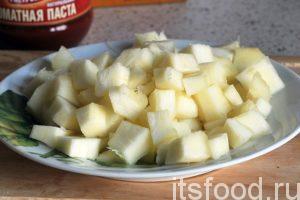 Нарежем кабачок на кубики и поместим их в жаровню.